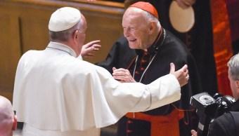 Foto: El cardenal arzobispo emérito Theodore McCarrick (d) saluda al Papa Francisco (i) en la Catedral de San Mateo Apóstol, en Washington, DC, 16 febrero 2019