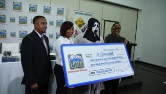 Gana la lotería y recibe el premio enmascarado