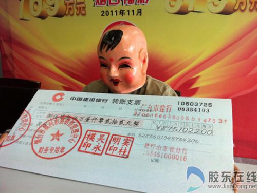 Un ganador de lotería chino acude disfrazado de bebé a reclamar su premio (Imágen obtenida de Reddit)