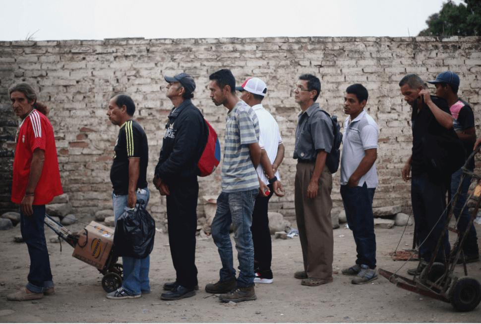 Venezolanos hacen fila en Cúcuta, Colombia, para recibir alimento. (Reuters, archivo)