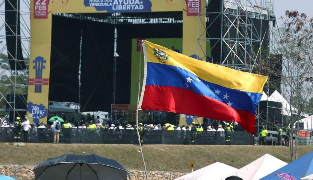 fOTO: Una bandera venezolana ondea frente al escenario del concierto Venezuela Aid Live, 22 febrero 2019