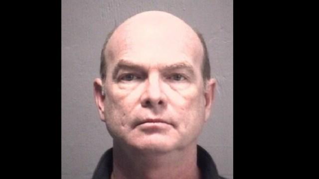 Foto: El cirujano, Michael Lee Hasson, de 55 años, es acusado de abuso sexual de al menos cuatro pacientes de sexo femenino bajo anestesia, Estados Unidos, febrero 4 de 2019 (Twitter: @lawcrimenews)