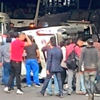 Volcadura de unidad transporte público en Periférico deja cuatro heridos