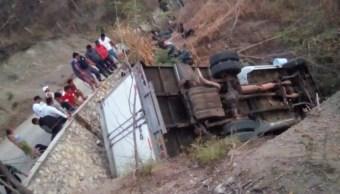 Mueren 25 migrantes centroamericanos en volcadura de camión en Chiapas