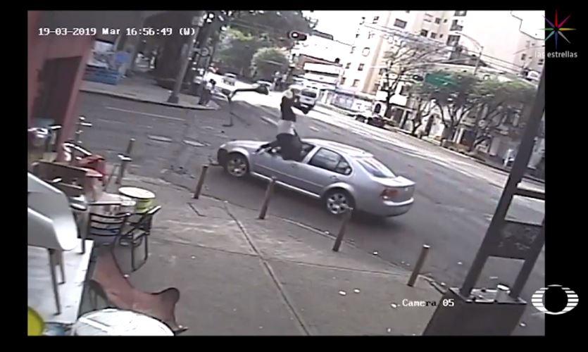 Conductor arrolla a usuario de patín eléctrico en la Roma (Video)