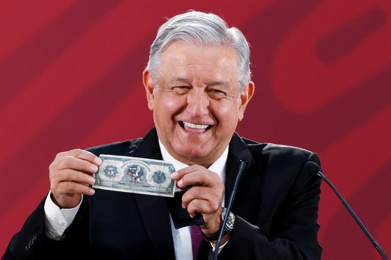 Foto: AMLO presume billete al sacar su cartera 25 marzo 2019