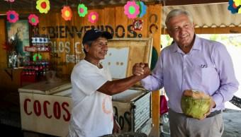Foto López Obrador toma agua de coco e invita a no usar popotes 6 febrero 2019
