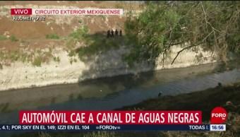 FOTO. Automóvil cae a canal de aguas negras en Circuito Exterior Mexiquense