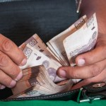 Foto: Una persona cuenta varios billetes de 500 pesos, 6 marzo 2019
