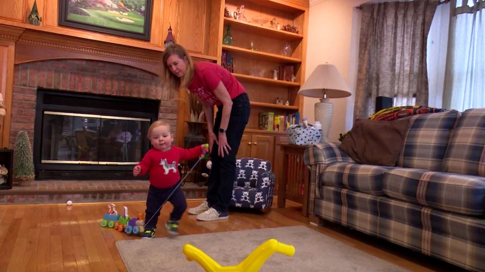 Blaze y su madre en su casa de Peoria, jugando y caminando en la sala (CBS Chicago)