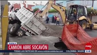 Camión con grava abre socavón en calle de Puebla
