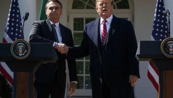 fOTO: El presidente de Estados Unidos, Donald Trump, estrecha su mano el presidente de Brasil, Jair Bolsonaro, 27 marzo 2019