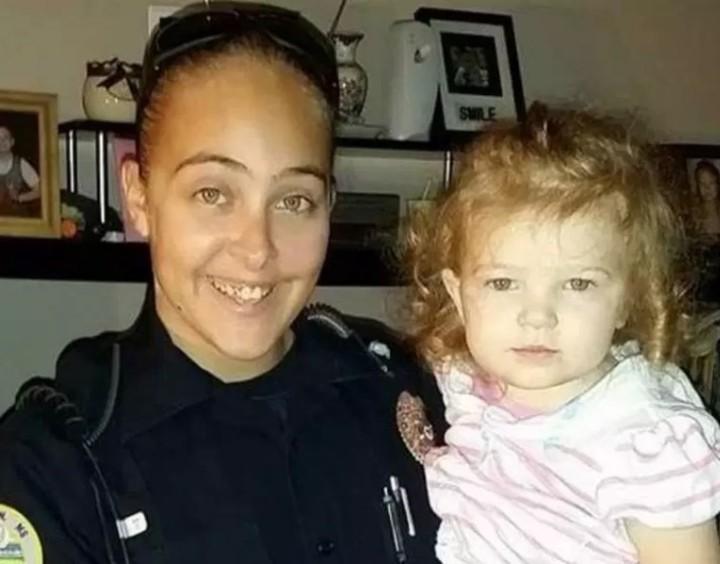 Cassie Barker junto a su hija, Cheyenne, antes del incidente (New York Post)