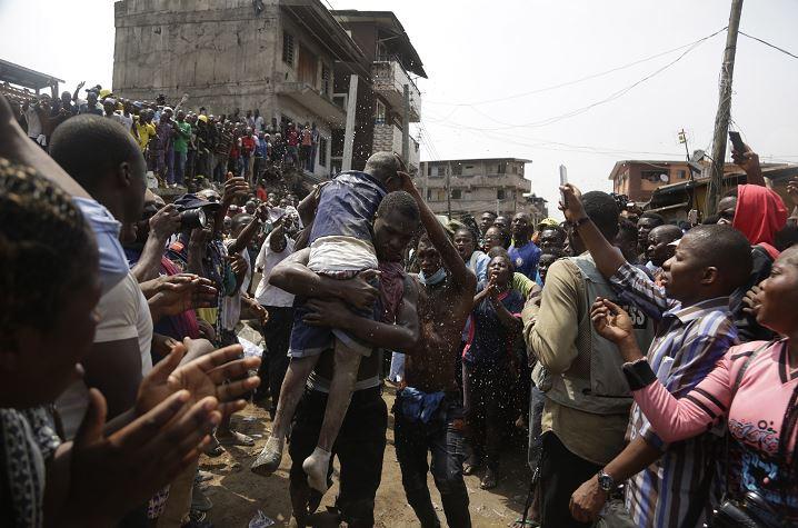 Foto:: Los niños rescatados con vida fueron trasladados a hospitales cercanos, 13 marzo 2019
