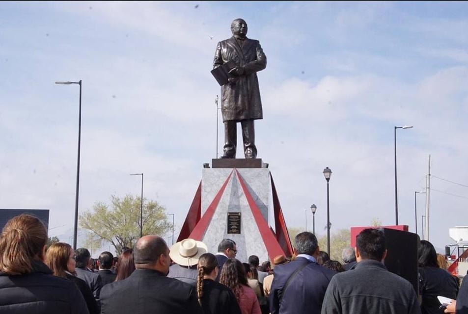 Foto: Develan escultura de Benito Juárez en Cd. Juárez. (Twitter @MunicipioJuarez)