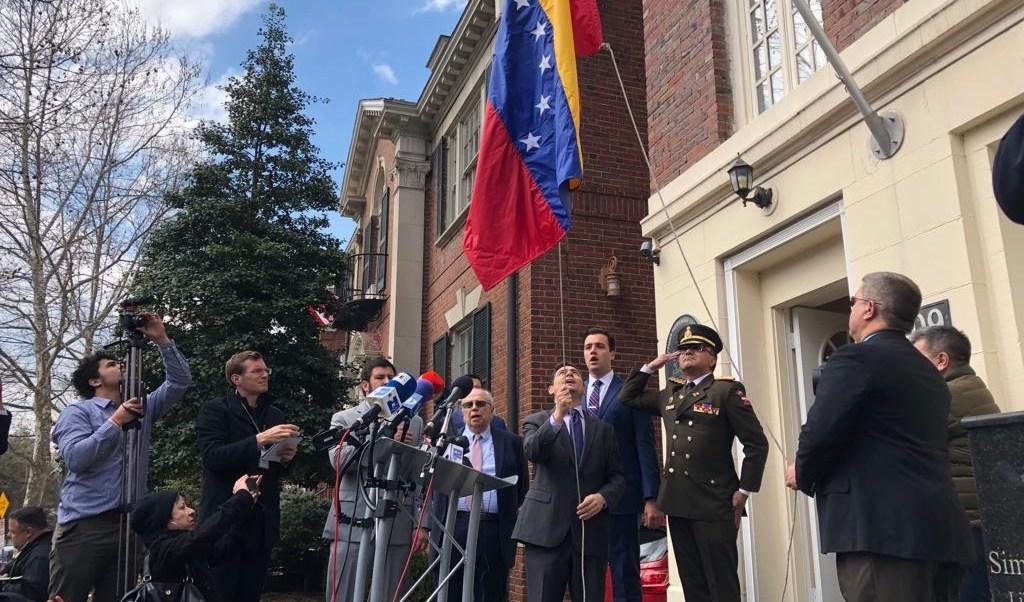 Foto: El diplomático Carlos Vecchio coloca una bandera de Venezuela en un edificio consular en Nueva York, EEUU