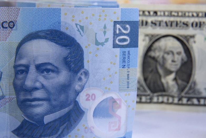 Foto: Los billetes en pesos mexicanos se preparan para una fotografía con un billete de un dólar de EU en la Ciudad de México, México, marzo 12 de 2019 (Getty Images)