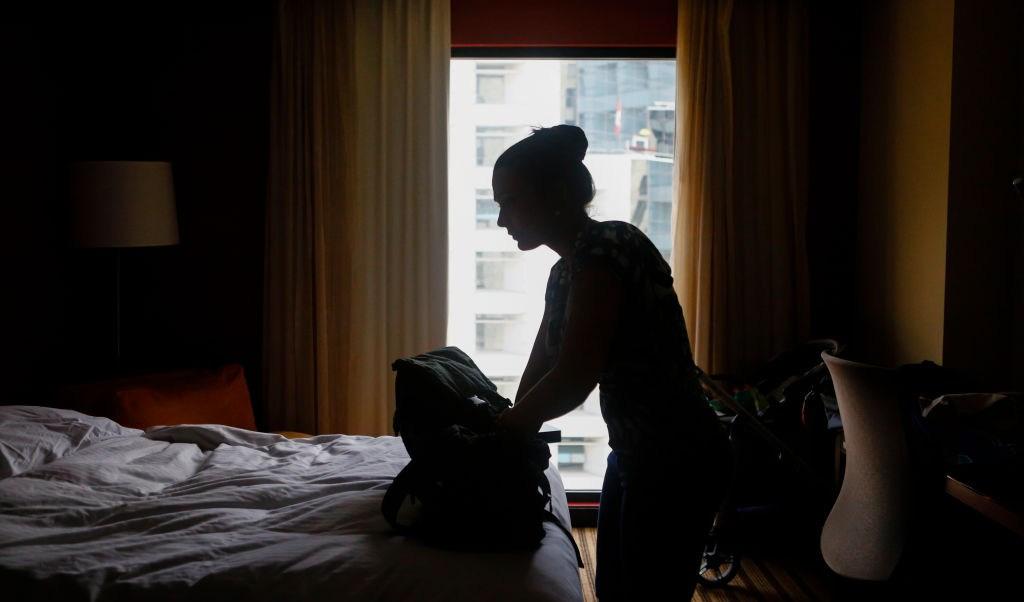 Foto: Una mujer arregla su maleta a oscuras por el apagón en Caracas, Venezuela. El 13 de marzo del 2019