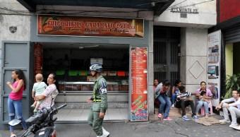 Foto: Un policía militar camina frente a una carnicería durante un apagón en Caracas, Venezuela, el 9 de marzo del 2019