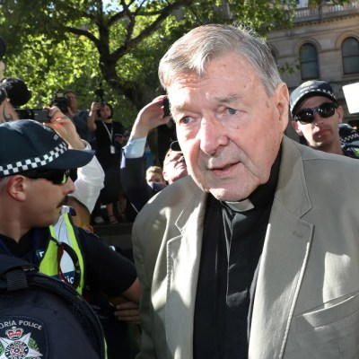 Demandan al cardenal Pell por supuesto abuso sexual de un menor