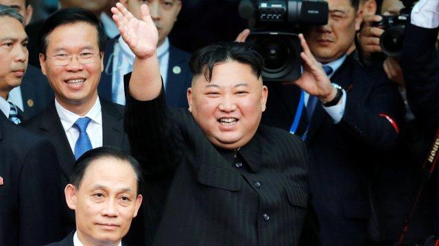 Foto: El líder norcoreano, Kim Jong-un, se despide de una multitud antes de abordar su tren para partir hacia Corea del Norte en la estación Dong Dang, en Hanoi, Vietnam, el 2 de marzo del 2019