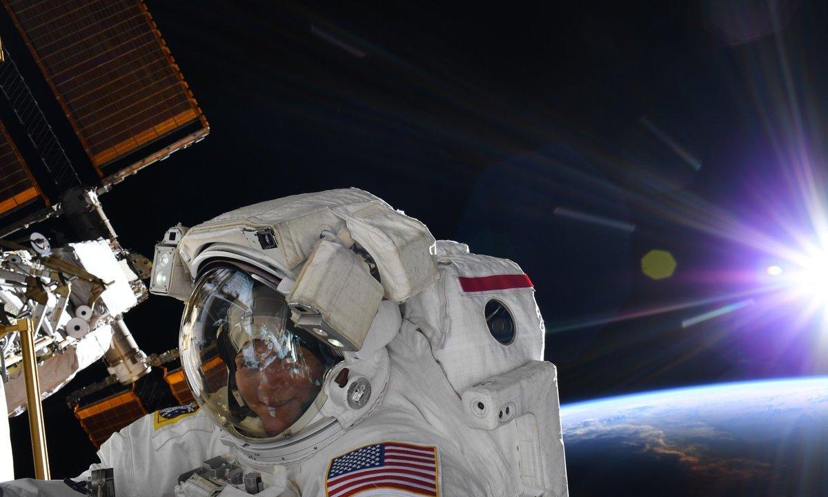 Foto: La astronauta Ane McClain se toma una selfie afuera de la Estación Espacial Internacional (EEI). El 25 de marzo de 2019