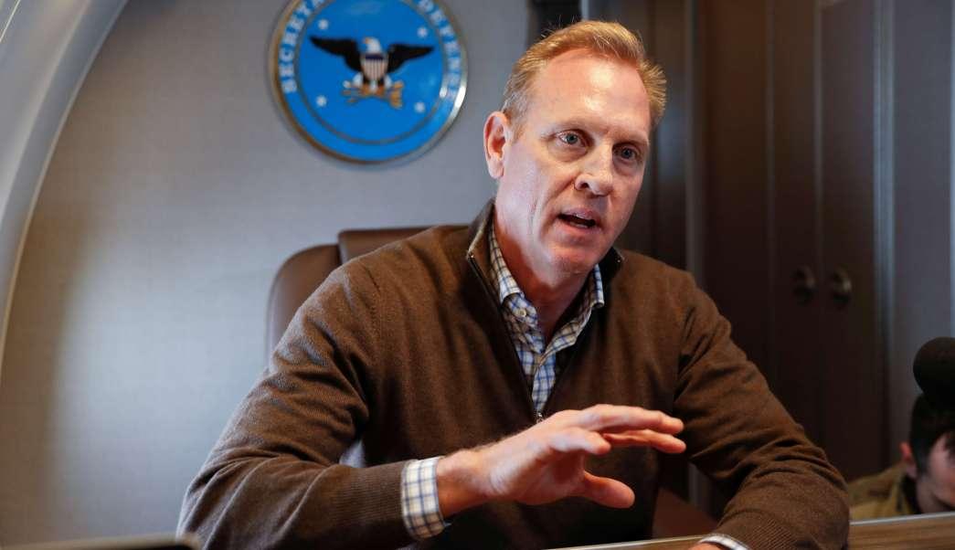 Foto: El secretario interino de Defensa de EEUU, Patrick Shanahan, hace un gesto al hablar con reporteros a bordo de un avión militar. El 23 de febrero de 2019