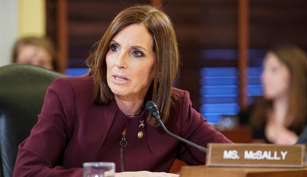 Foto: La senadora Martha McSally habla sobre la agresión sexual que sufrió mientras fue miembro de la Fuerza Aérea de Estados Unidos, el 6 de marzo de 2019