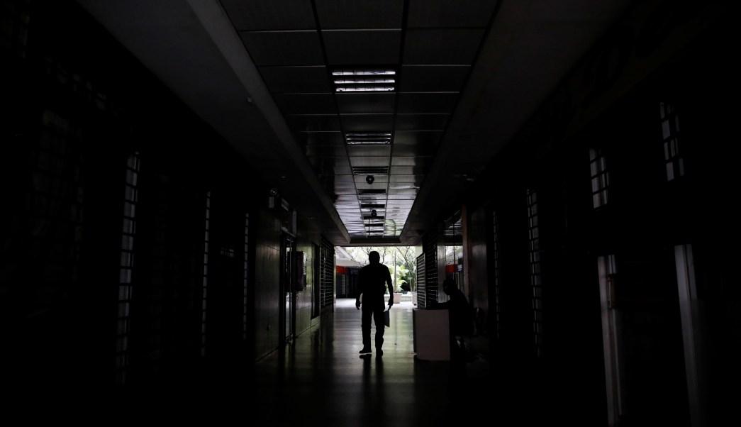 Foto: Un hombre camina en el pasillo de un edificio durante un apagón en Caracas, Venezuela. El 26 de marzo de 2019