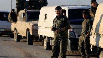 Foto: Combatientes de las Fuerzas Democráticas de Siria (SDF) parados en una carretera cerca del pueblo de Baghouz, provincia de Deir Al Zor, Siria, el 9 de marzo del 2019