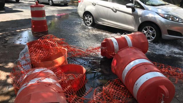 Fuga de agua afecta a vecinos en la calzada México-Xochimilco