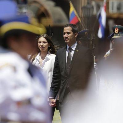 Venezolano Juan Guaidó es recibido con honores de jefe de Estado en Paraguay