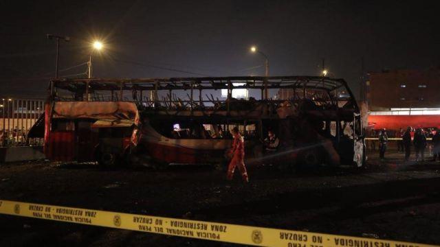 Mueren al menos 20 personas en incendio de autobús en Perú