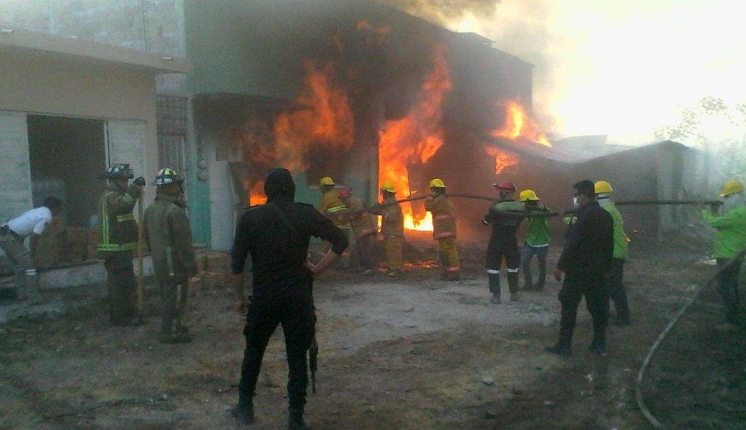 Foto: Incendio consume fábrica de veladoras en Chiapas 25 marzo 2019