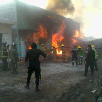 Incendio consume fábrica de veladoras en Tuxtla Gutiérrez, Chiapas