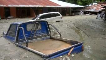 Foto: Los autos se sumergen en lodo después de una inundación en Sentani, Papua, Indonesia, 17 de marzo de 2019 (Reuters)