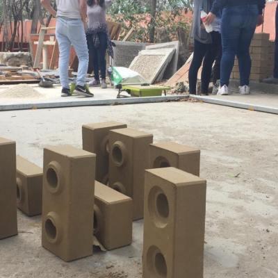 Universitarios elaboran ladrillos ecológicos y resistentes a sismos en Chiapas