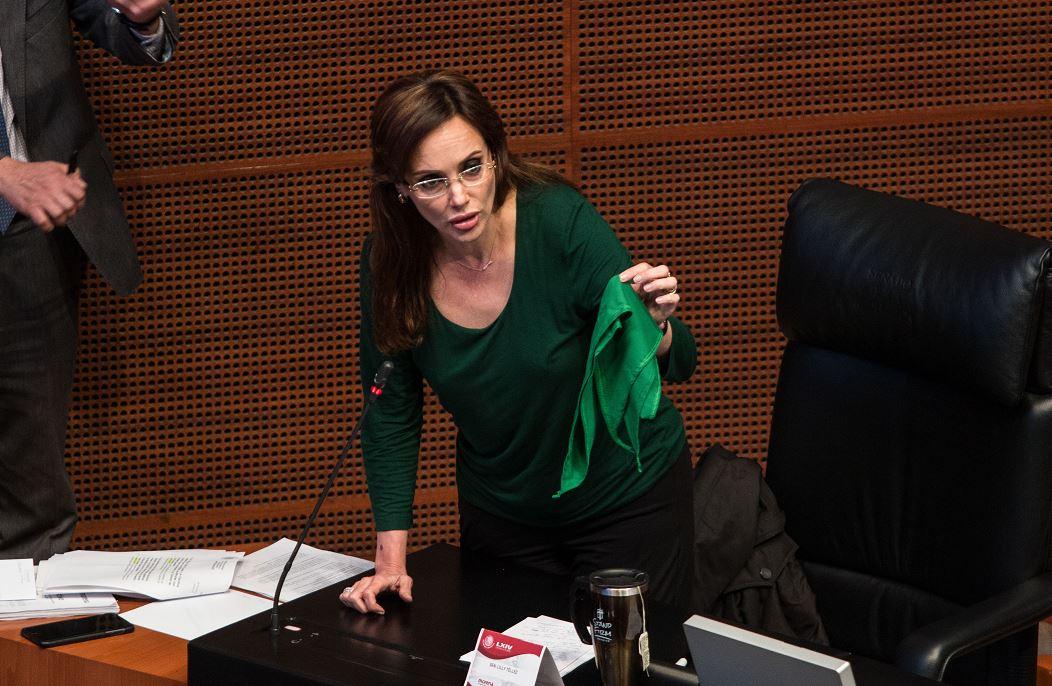 foto lilly tellez pañuelo verde aborto senado