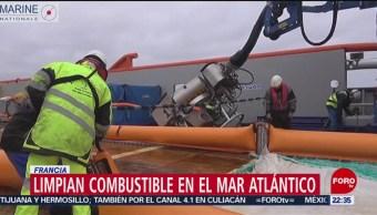 FOTO: Limpian combustible en el mar atlántico en Francia, 17 marzo 2019