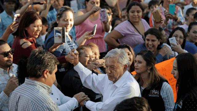 Foto: López Obrador saludando a la gente, 15 de febrero de 2019, Sinaloa, México