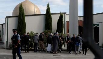 Foto: Un policía hace guardia cuando los miembros de la comunidad musulmana visitan la mezquita Al-Noor después de que se reabrió en Christchurch, Nueva Zelanda, marzo 23 de 2019 (Reuters)