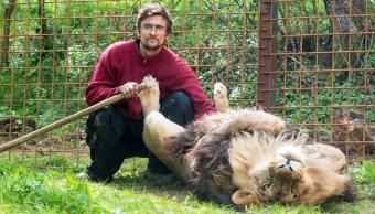 Muere hombre devorado por león que tenía como mascota