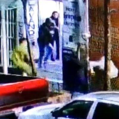 Mujer enfrenta a asaltantes con gas pimienta durante robo en CDMX