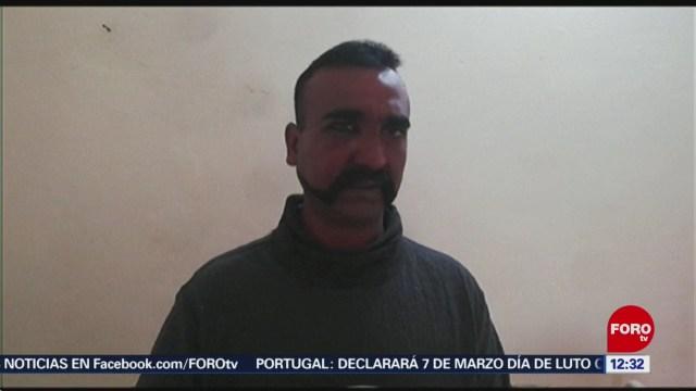 Pakistán entrega a piloto indio que tenía retenido