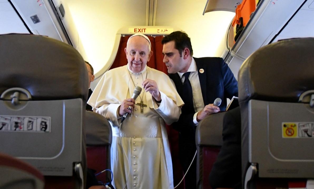 El papa Francisco se dirige a los reporteros a bordo del avión que lo regresa después de un viaje de dos días a Marruecos (Reuters)