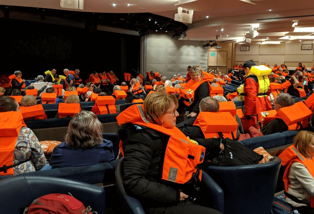 Foto: Pasajeros del crucero Viking Sky esperan a ser evacuados, 23 de marzo de 2019, Noruega