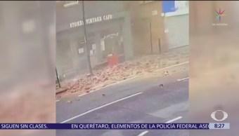 Peatón se salva de ser aplastado tras derrumbe de edificio en Londres