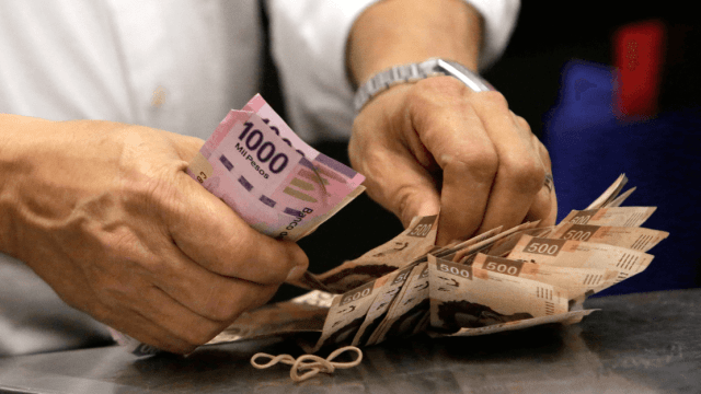 Foto: Persona contando billetes mexicanos, 17 de noviembre de 2017, México