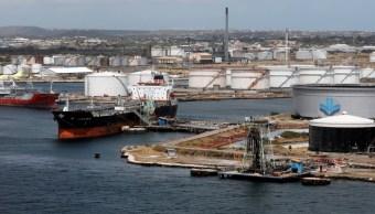 Foto: Los barcos petroleros de crudo están atracados en la terminal PDVSA de la Refinería de Aceite de Isla en Willemstad en la isla de Curazao, febrero 22 de 2019, marzo 11 de 2019