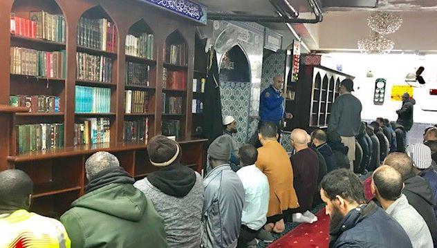 Foto:Los oficiales de la policía de Nueva York han sido desplegados para visitar las mezquitas en la ciudad neoyorquina, 15 marzo 2019